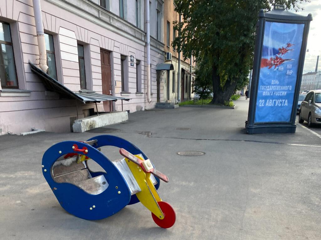 В Петербурге «угнанную» детскую машинку припарковали посреди тротуара