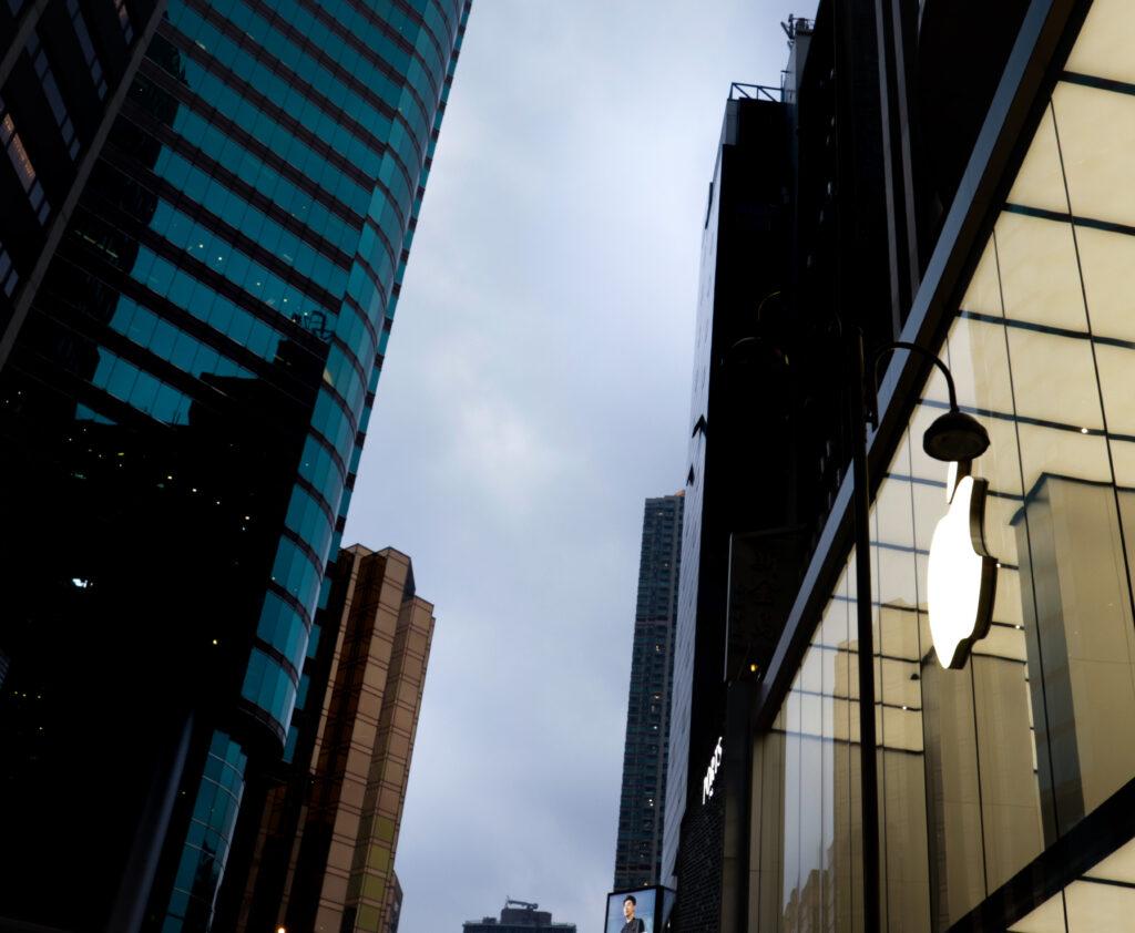 Apple уволила сотрудницу после заявлений о сексизме и запугиваниях