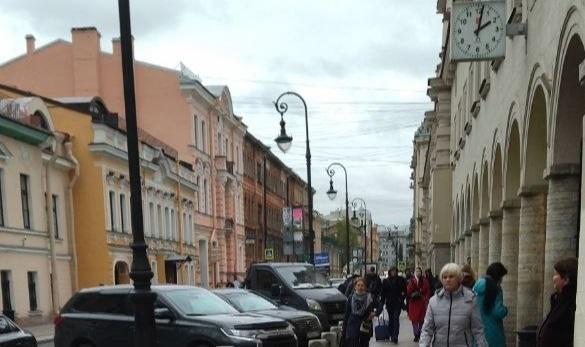 Местные жители пожаловались на незаконную торговлю у метро Чернышевская и Владимирская