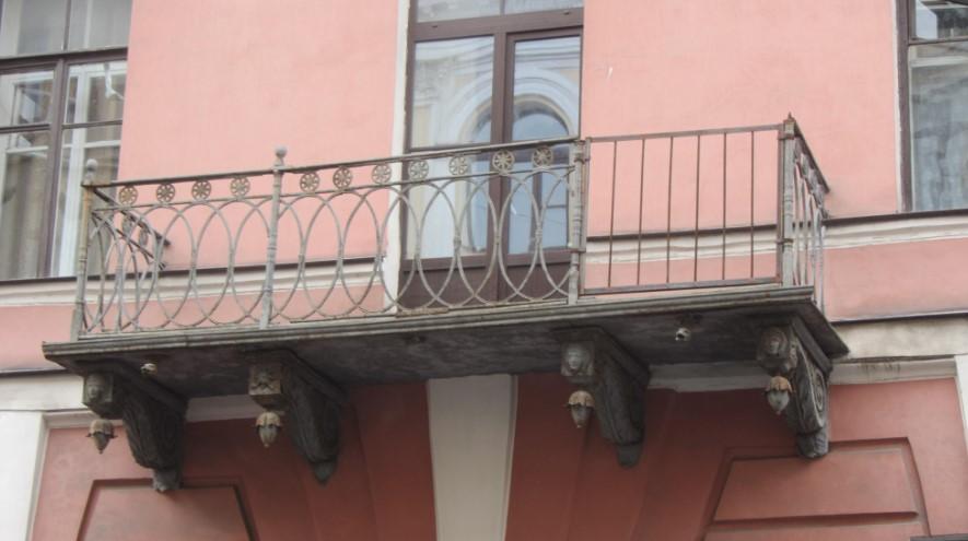 В Коломне на балконе, с которого в мае упала полуобнаженная парочка, до сих пор не заменили ограждение