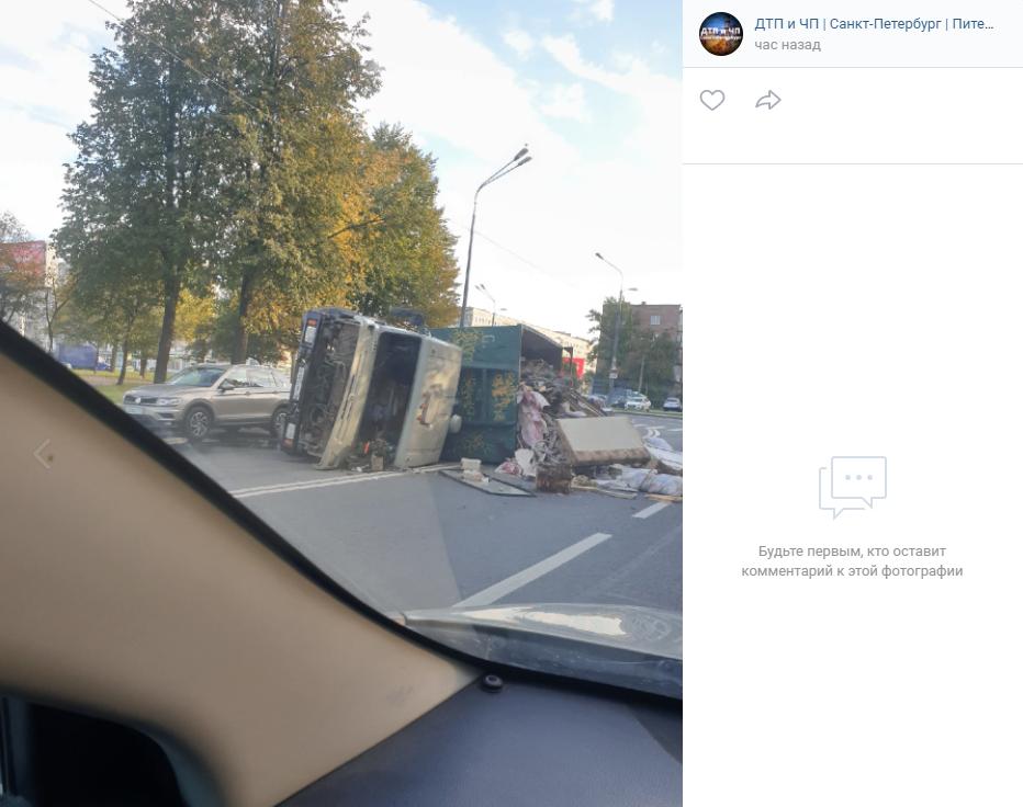 Перевернувшийся мусоровоз засыпал дорогу отходами у Володарского моста