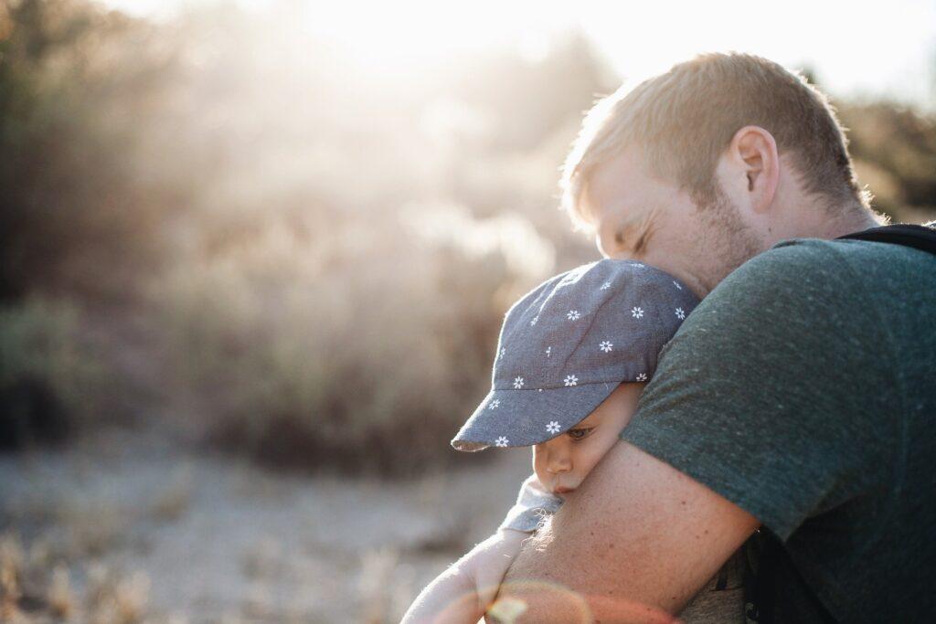 Минтруд: с 2022 года отцам начнут выплачивать материнский капитал