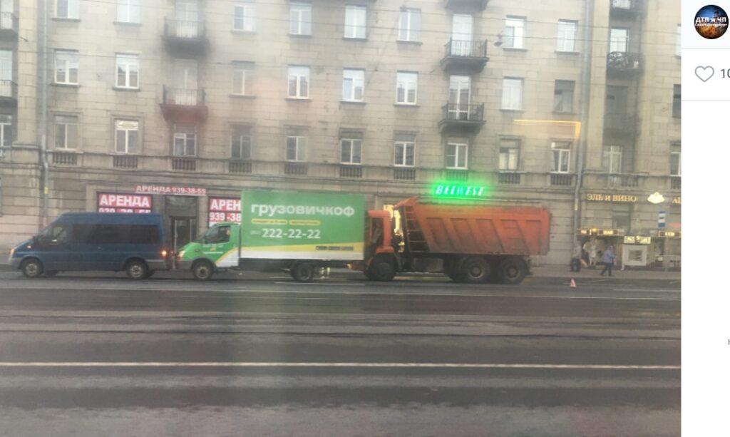 На Заневском в результате ДТП сложился «поезд» из двух грузовиков и микроавтобуса