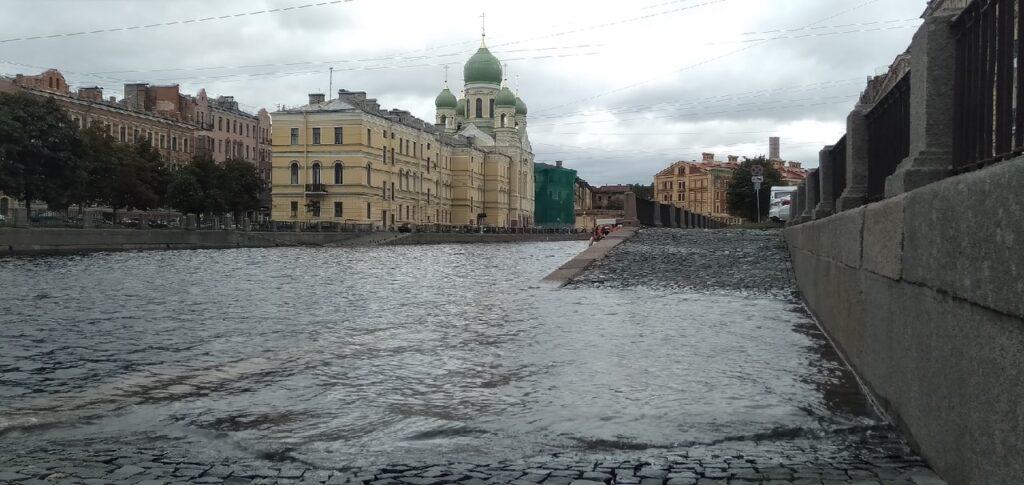 Мойка78 показывает, как затопило спуски к рекам и каналам Петербурга после шторма