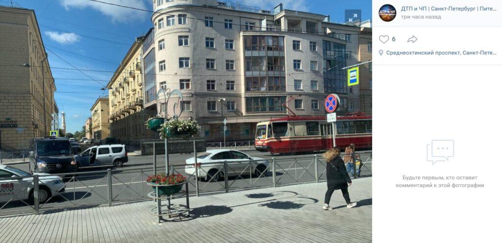 «Лада» и «Мерседес» перекрыли проезд трамваям, столкнувшись на путях