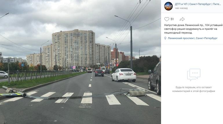 Штормовой ветер повалил несколько светофоров в Петербурге