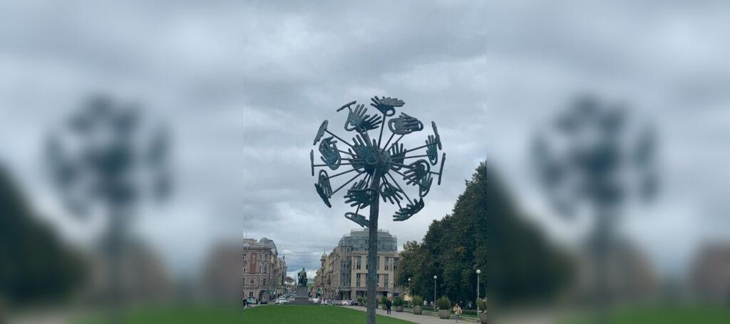 Символ доброты и мира: в Петербурге установили скульптуру одуванчика