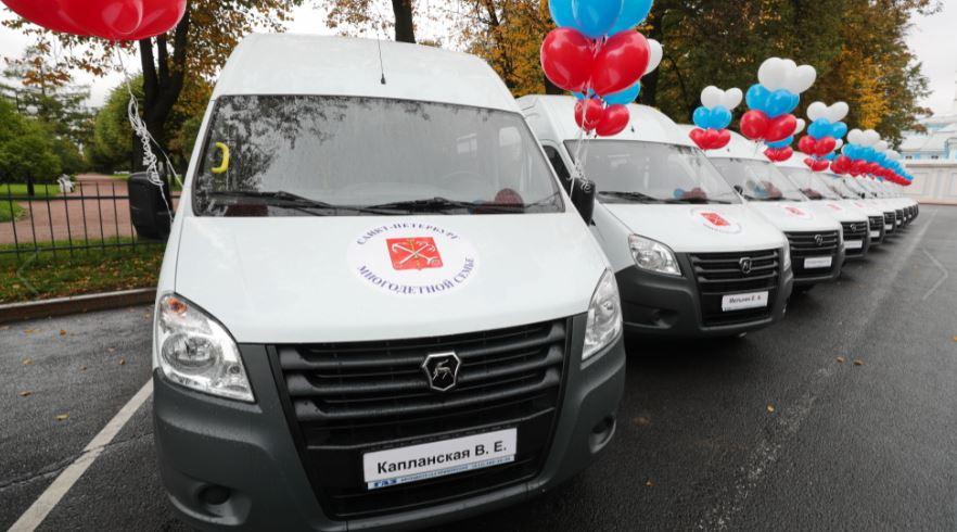 В Петербурге многодетным семьям подарили микроавтобусы в 18-й раз