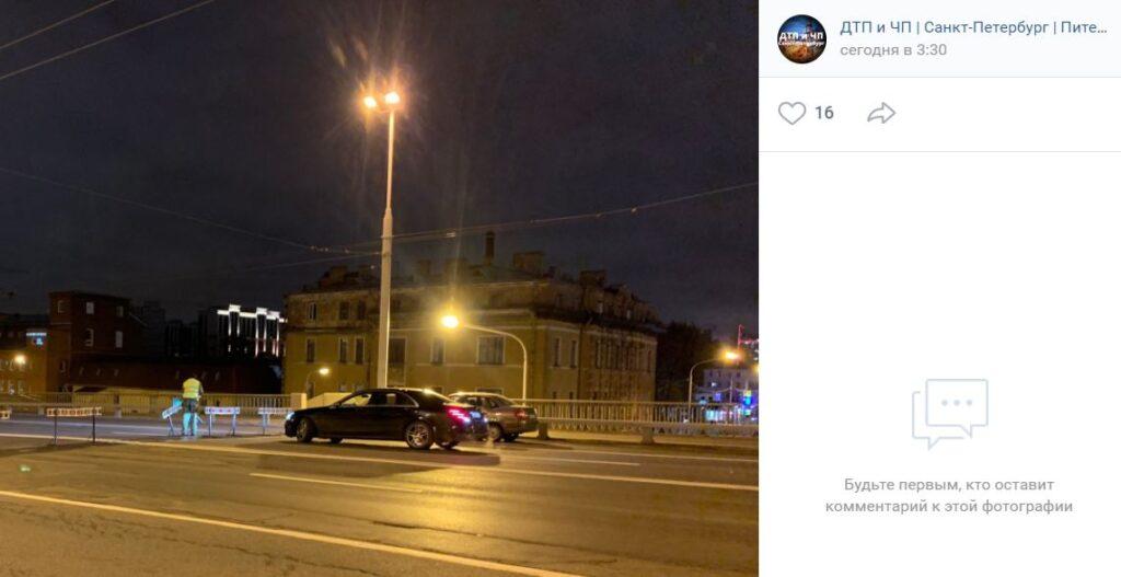 «Мерседес» сбил ограждение перекрытого Кантемировского моста, а пассажир напал на дорожников