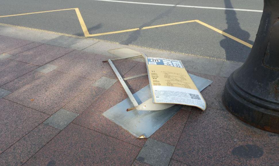 Информационный щит оторвался около остановки «Гостиный двор»