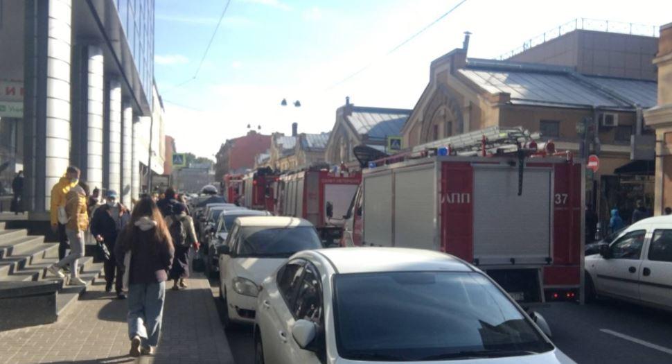 Пять пожарных машин ринулись тушить рекламный баннер возле ТРК «Пик»