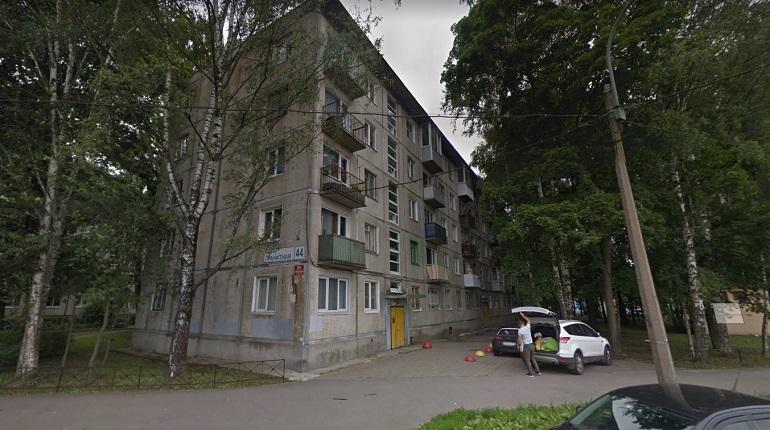 В Красногвардейском районе пожарные тушили мусор на балконе жилого дома