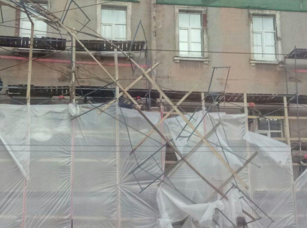 Фоторепортаж Мойки78: на Академика Лебедева пилят леса, строители застряли на крыше, конструкция начинает разваливаться