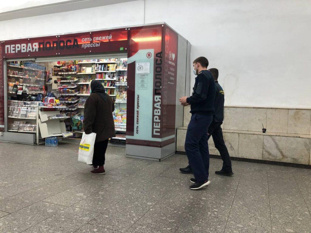 В петербургском метро гоняют бабушек, просящих милостыню