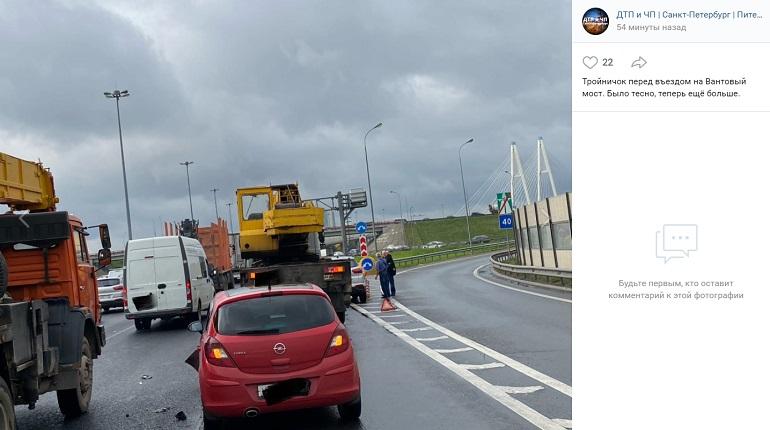 ДТП с тремя машинами у Вантового моста собрало длинную пробку