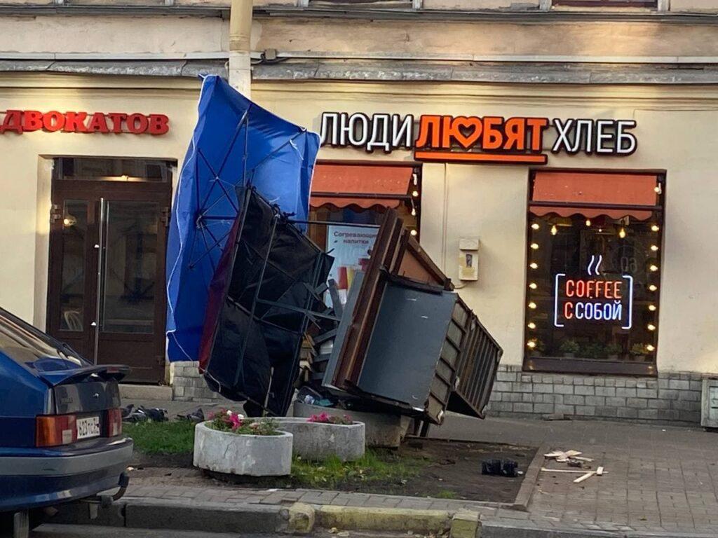 Штормовой ветер в Петербурге повалил продуктовые ларьки, стенды и дорожные знаки