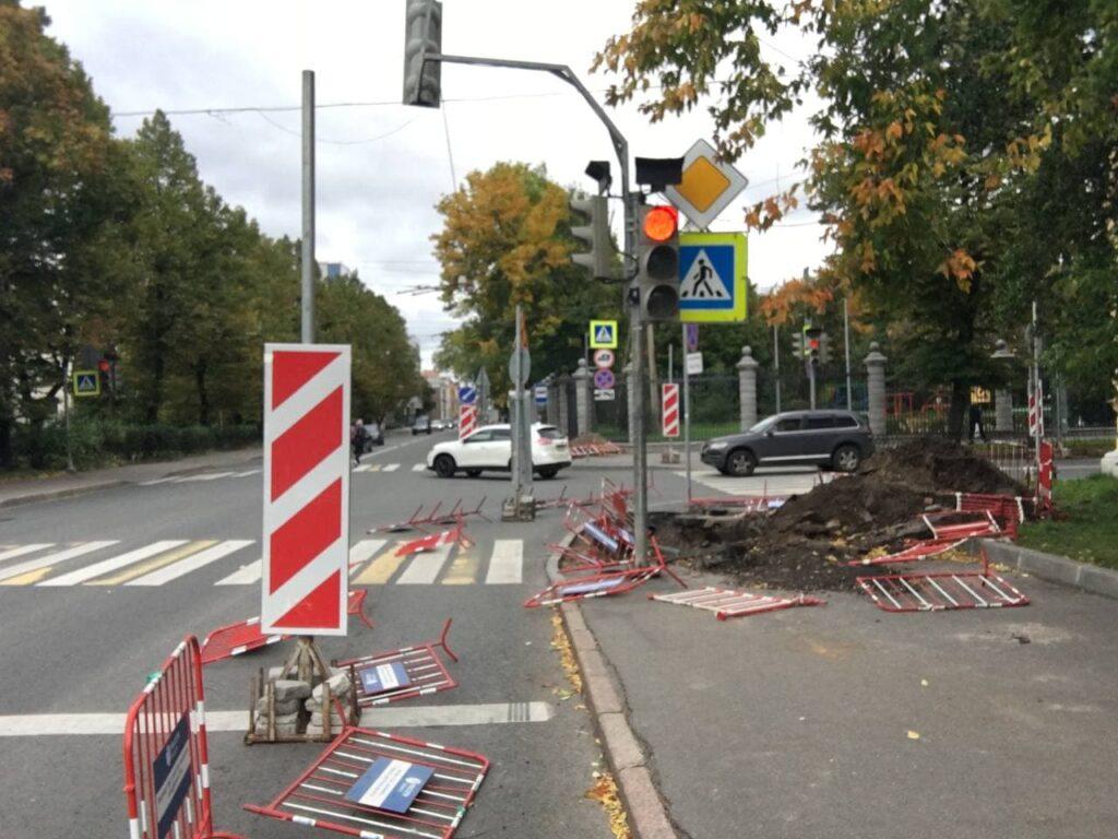 Ветер в Петербурге разрушил ремонтные ограждения на Большом Сампсониевском