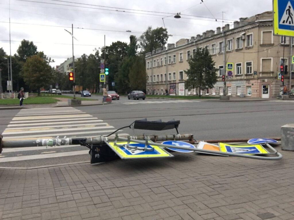 На Васильевском острове ветер повалил светофор