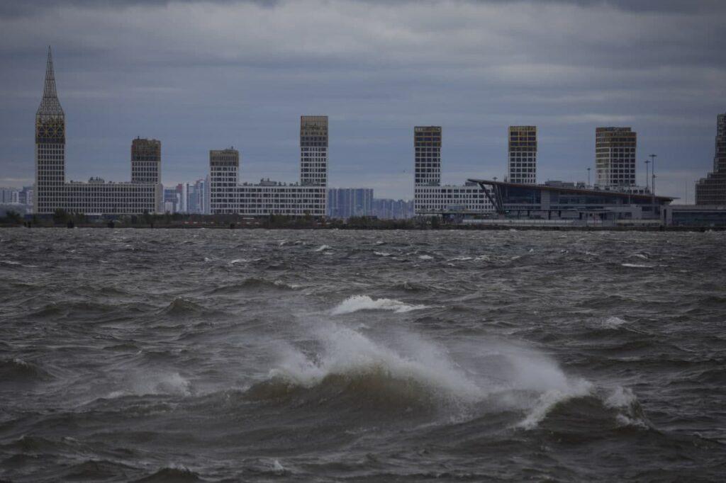Петербуржцы поделились впечатляющими фотографиями шторма на Финском заливе