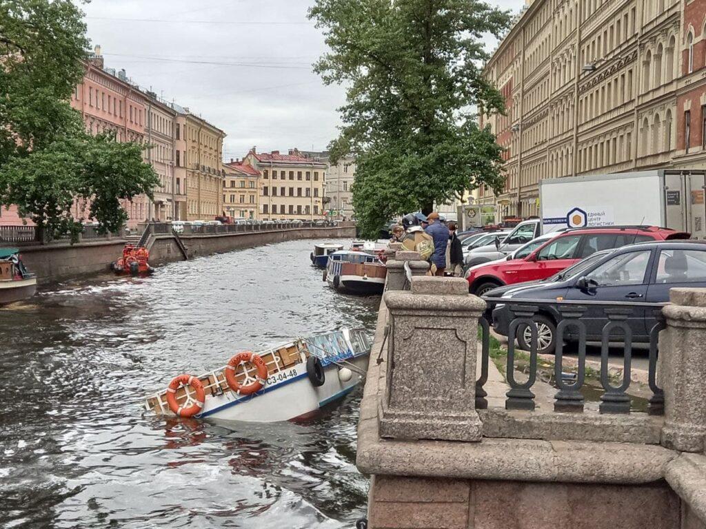 Спасатели грустно смотрят на затонувший в канале Грибоедова кораблик