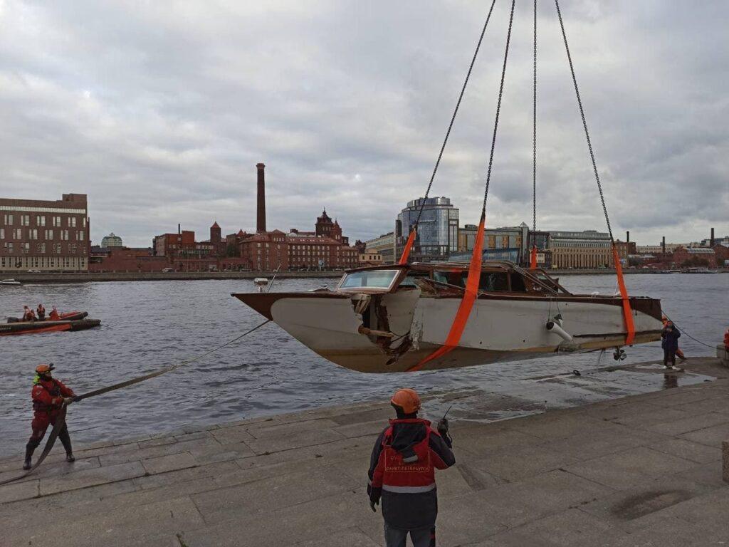 Затонувший у Кантемировского моста прогулочный катер подняли из воды