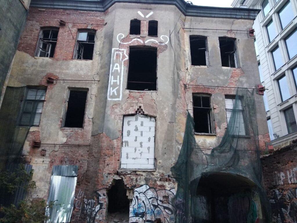 Петербуржцы жалуются на разваливающийся дом-притон