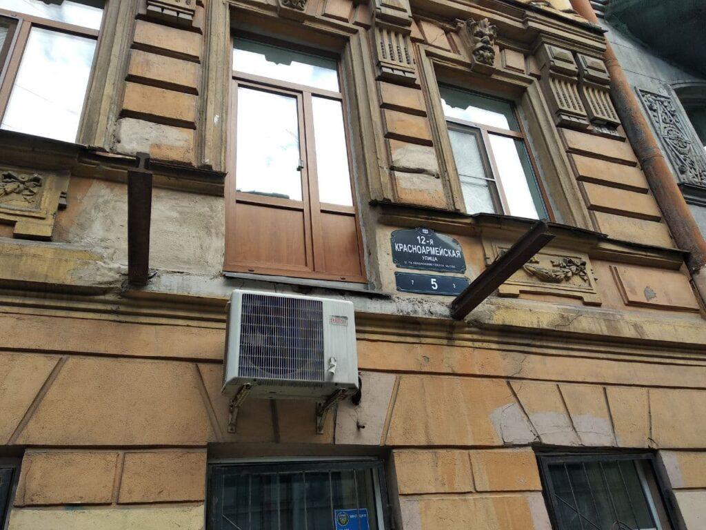 Старинные балконы на 12-й Красноармейской демонтируют — с фасада падают кирпичи