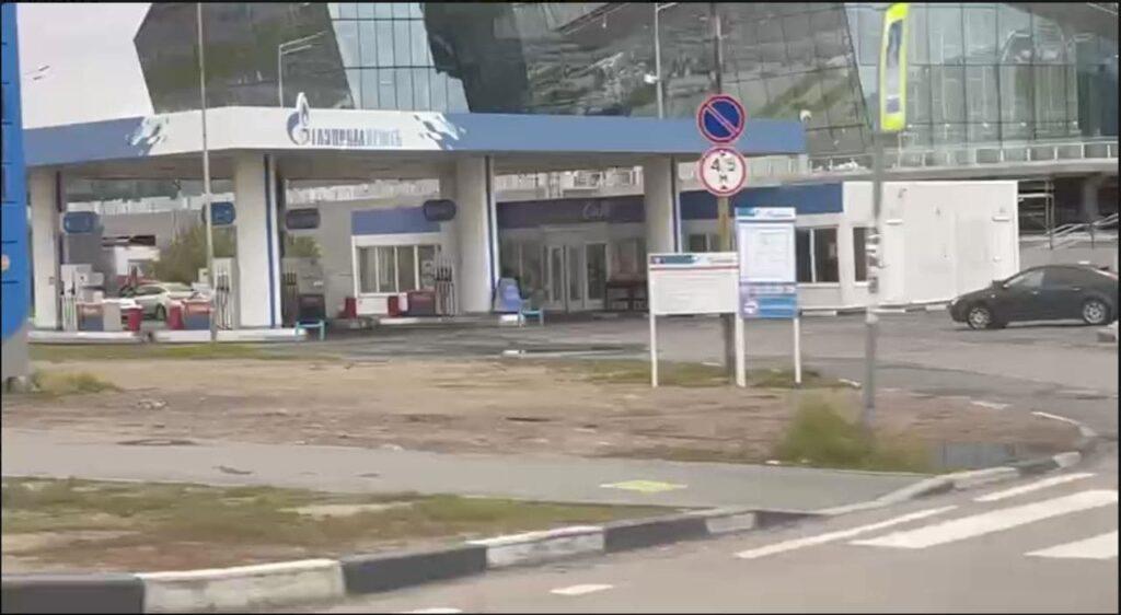 «Газпром» повесил свой логотип на бывшую заправку «Роснефти» у «Лахта Центра»