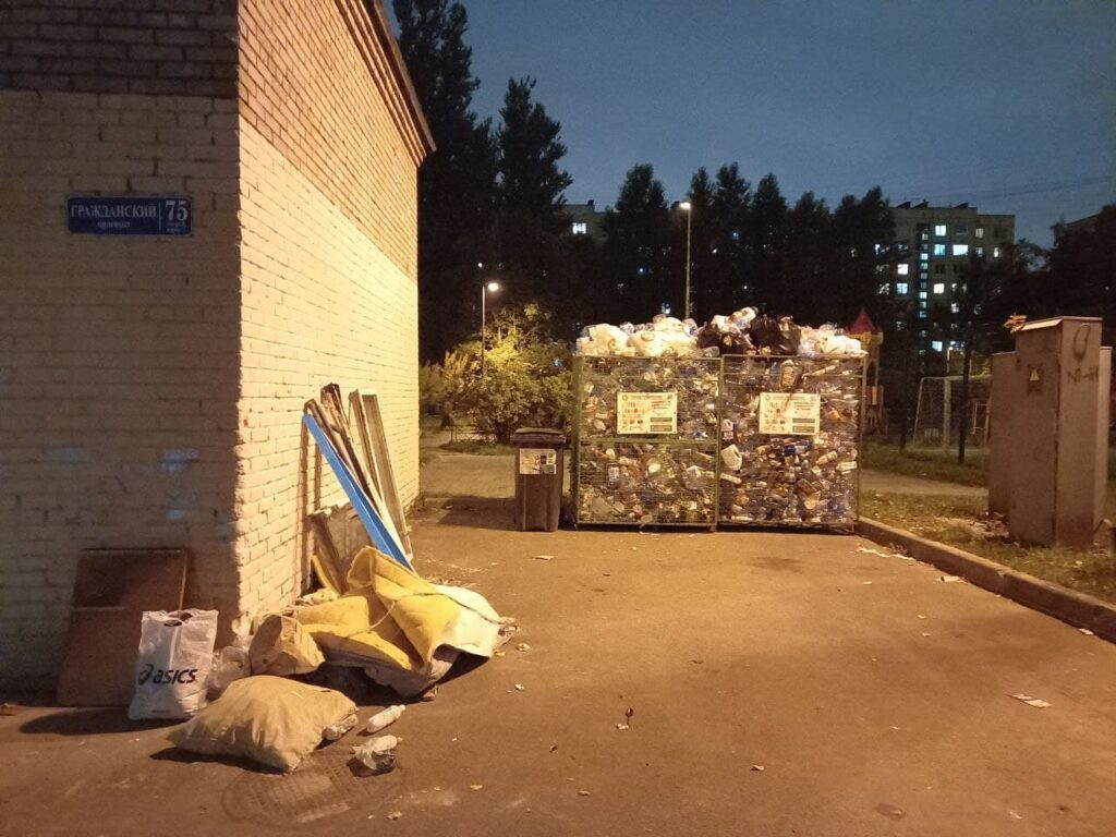 На Гражданском проспекте перестали вовремя вывозить мусор у 75 дома