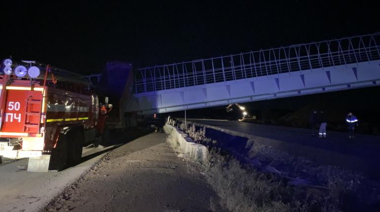 Двое водителей погибли при обрушении пешеходного перехода под Пермью