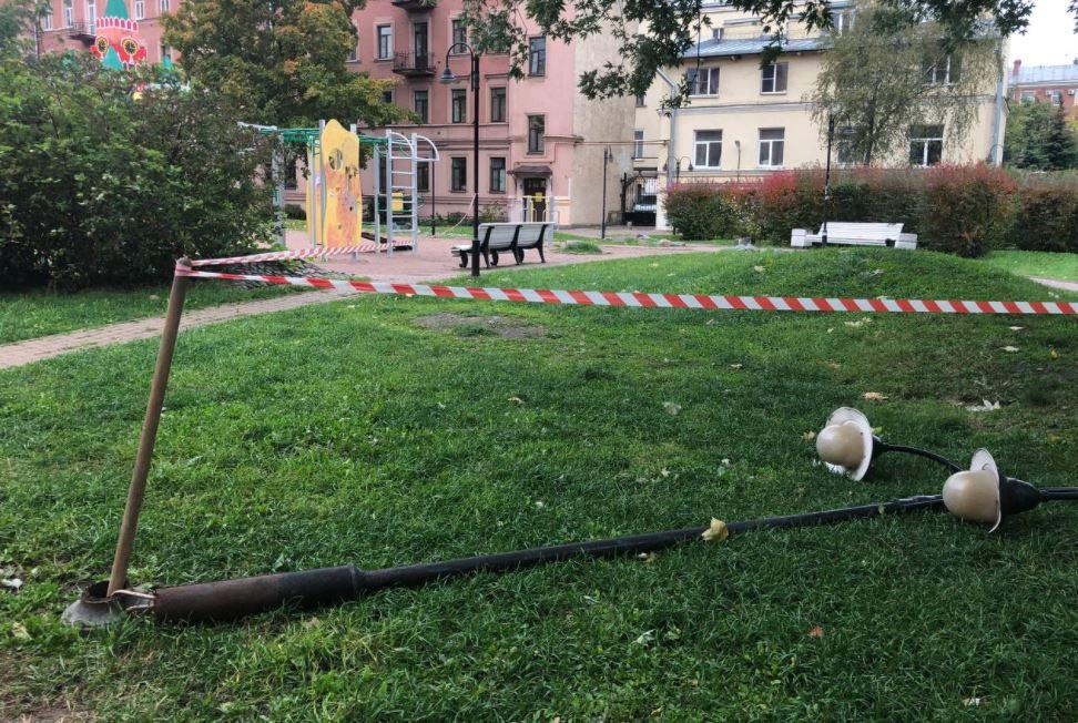 У детской площадки во дворе Центрального района упал ржавый фонарный столб, убирать его не спешат