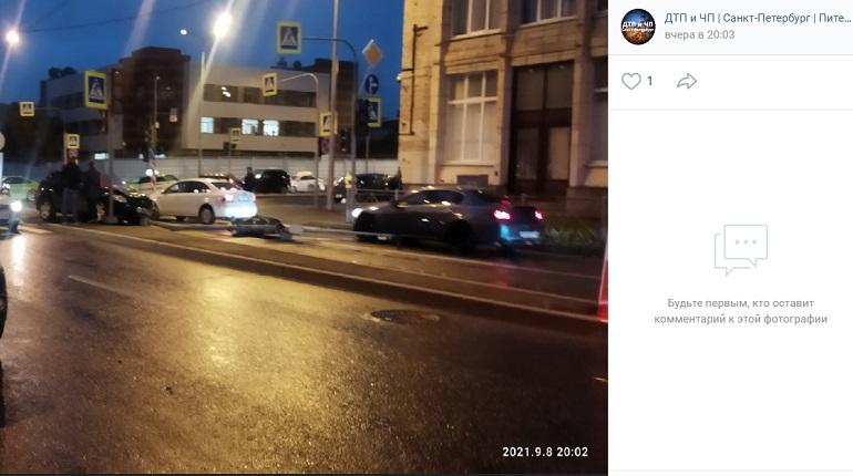 На проспекте КИМа три иномарки столкнулись и снесли светофор