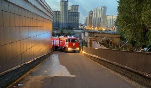 На Октябрьской набережной сотрудники МЧС не смогли доехать на вызов из-за отсутствия проезда для пожарных машин