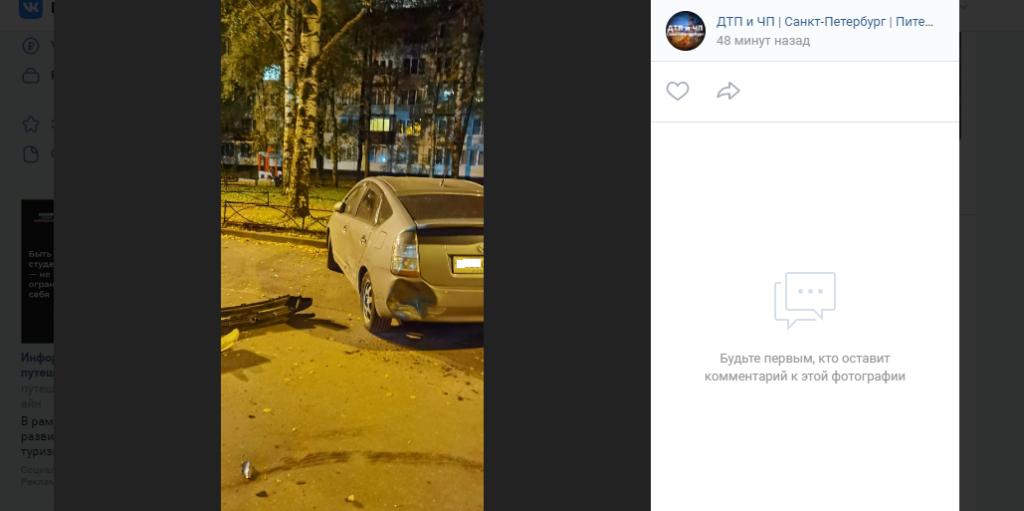 Во дворе на Светлановском проспекте неизвестный помял припаркованные машины и скрылся