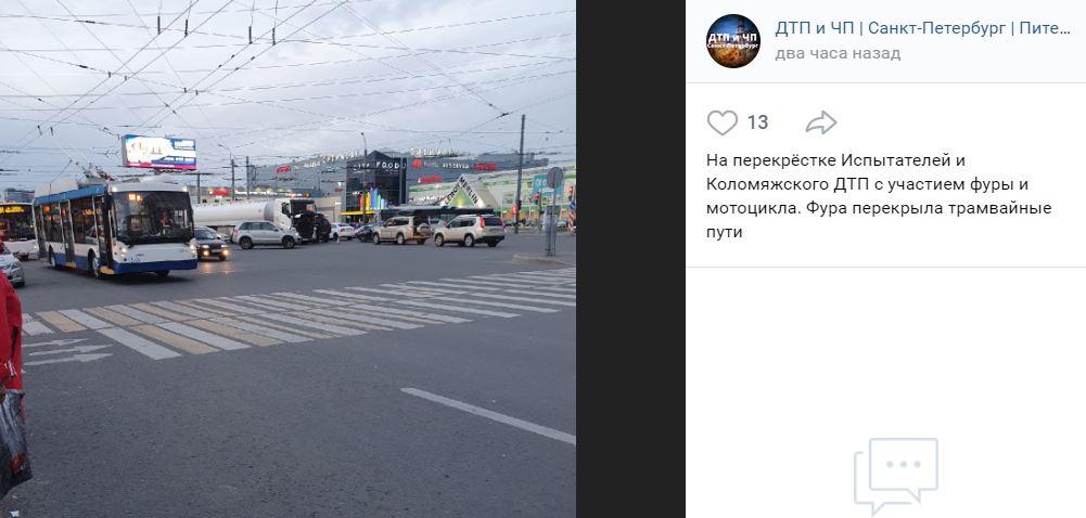 Фура столкнулась с мотоциклом на перекрёстке Испытателей с Коломяжским и перекрыла путь трамваям