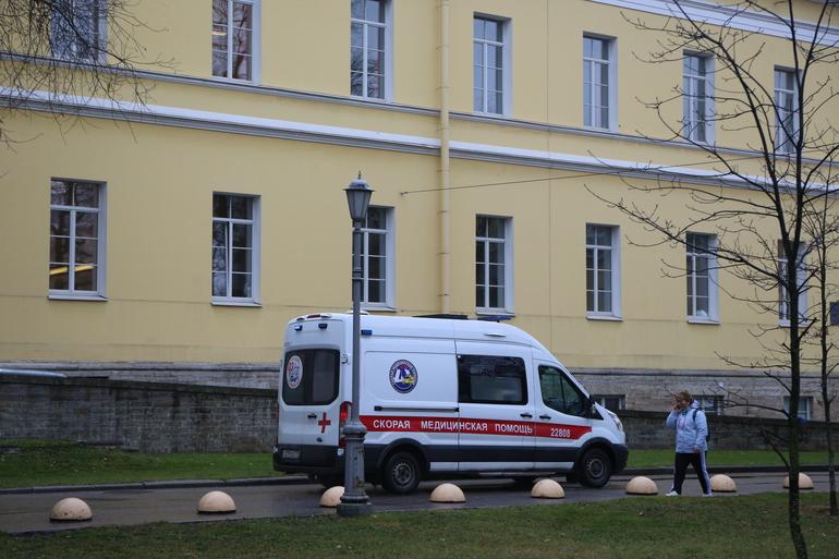 Комздрав объяснил причины очередей из «скорых» у главной детской инфекционной больницы Петербурга