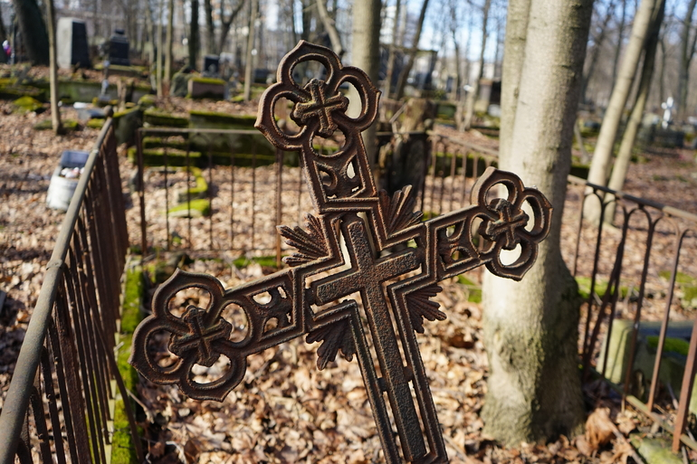 В Петербурге ищут вандалов, повредивших могилы на Богословском кладбище