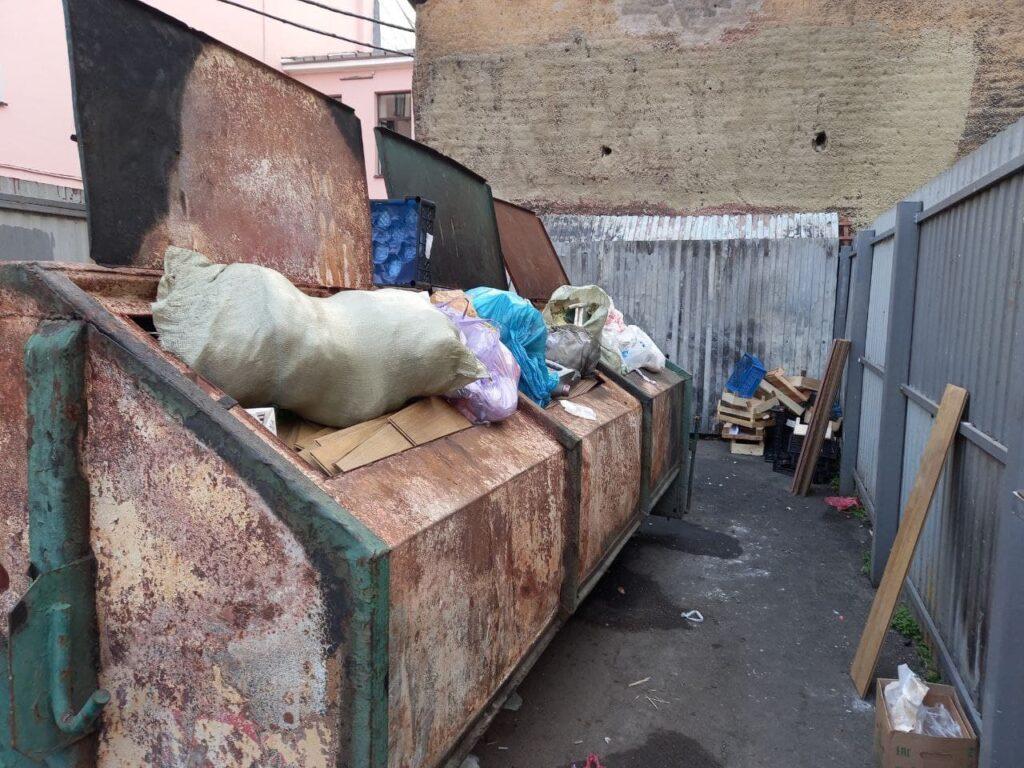 Петербуржцы жалуются на мусорные залежи на канале Грибоедова
