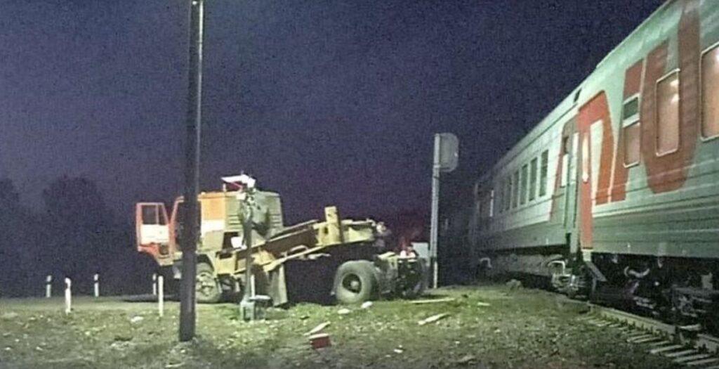 Поезд с более 300 пассажирами столкнулся с грузовиком в Пензенской области и сошел с рельсов