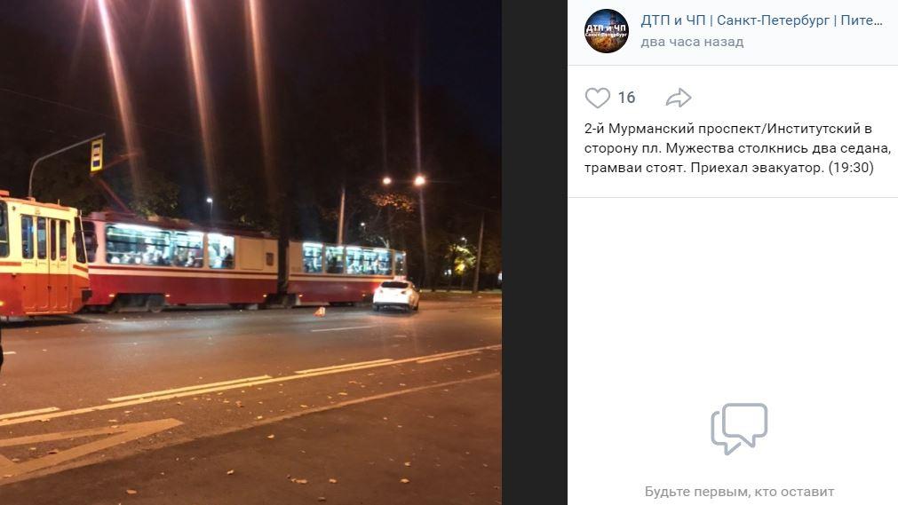 Врезавшиеся на 2-ом Муринском легковушки перекрыли движение трамваям до приезда эвакуатора