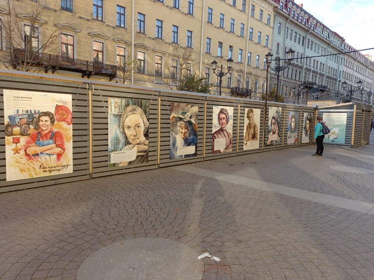 «Портреты великих женщин» появились на Малой Конюшенной