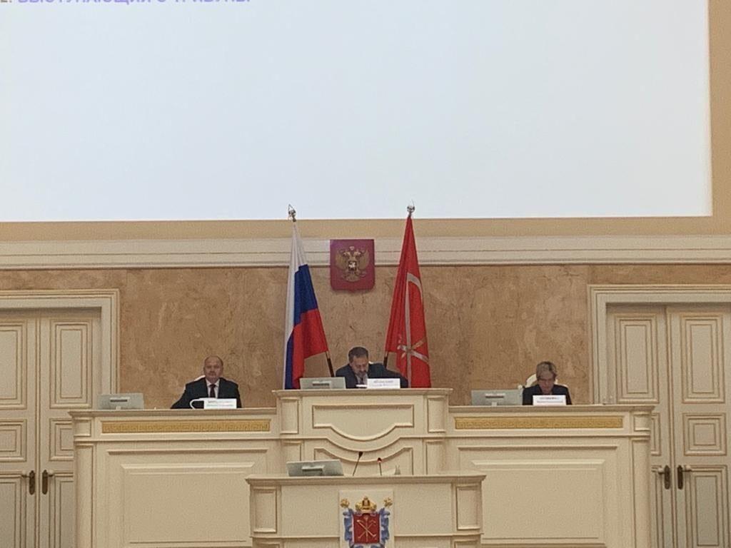 Места в президиуме ЗакСа по соседству с Бельским заняли депутаты Бондаренко и Шишкина