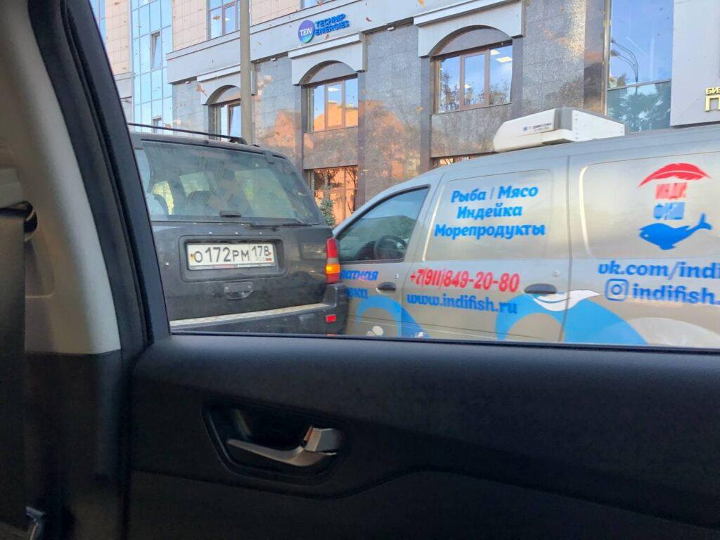 На Лиговском «притерлись» автомобиль доставки морепродуктов и внедорожник