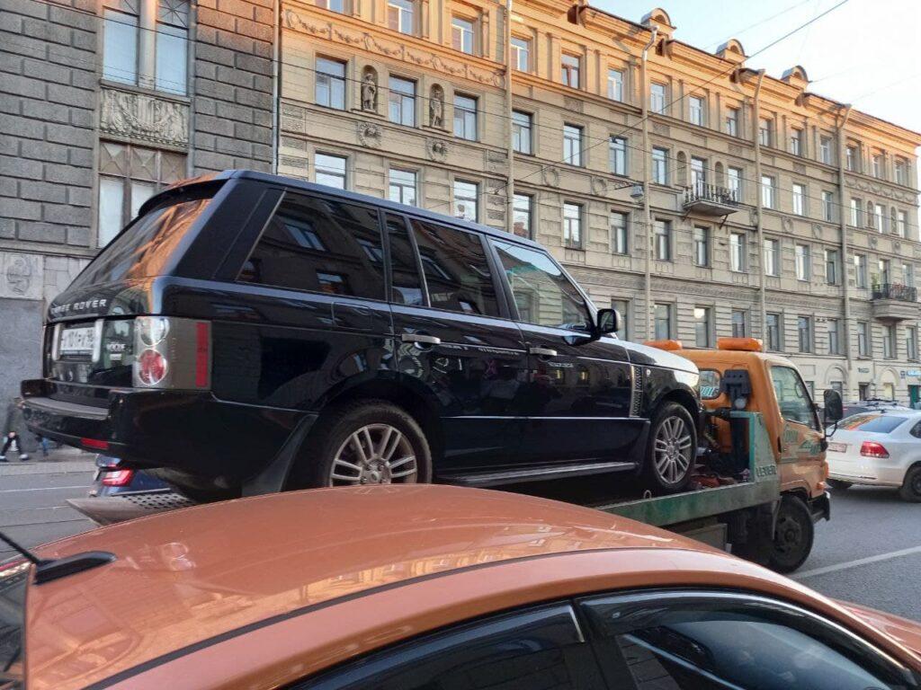 На Садовой улице эвакуатор увозит нарушителей парковки