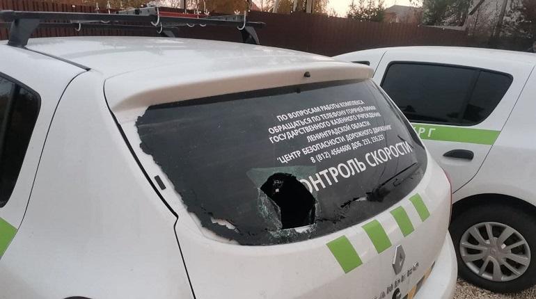 В Ленобласти водитель промахнулся при броске камня в камеру контроля скорости и попал в человека