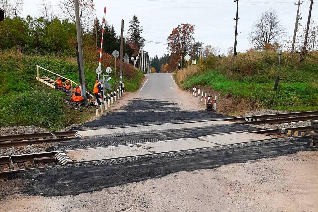 В Гатчинском районе обновили железнодорожный переезд