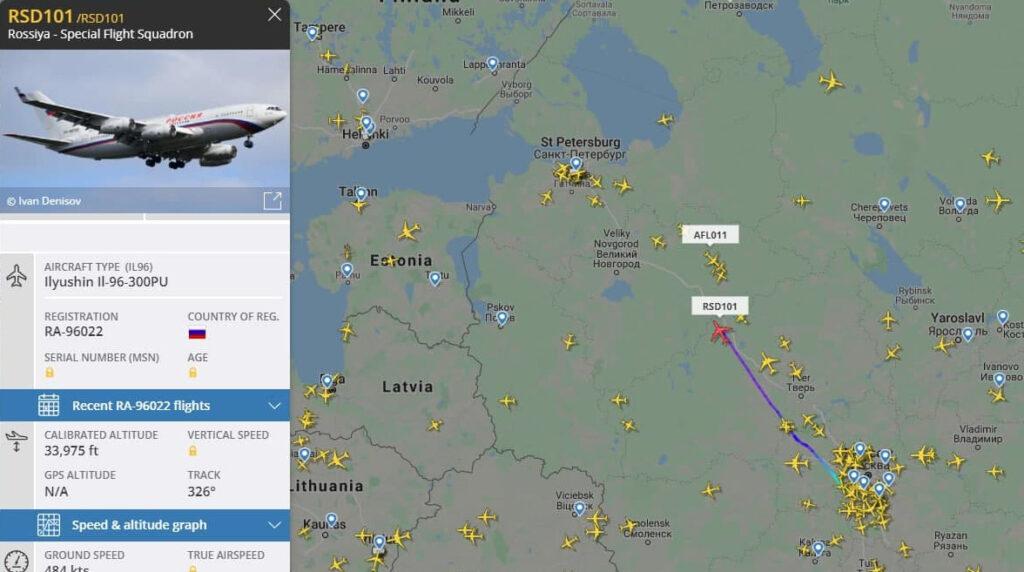 Президентский ИЛ летит к Петербургу, в городе ждут Путина