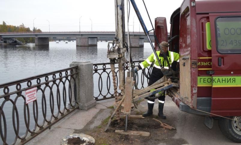 В Выборге специалисты «продырявили» набережную бухты Салакка-Лахти для планирования капремонта