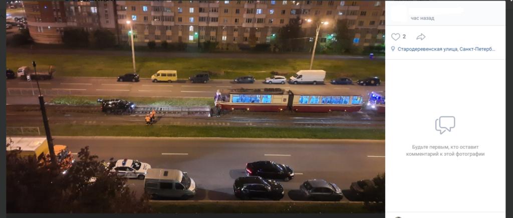 В Петербурге легковушка не вошла в поворот и создала пробку из трамваев
